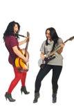 2 женщины пея с гитарами Стоковые Фотографии RF