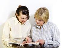 2 женщины прочитали кассету способа Стоковые Фотографии RF