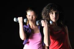2 женщины разрабатывают в клубе пригодности Стоковое Изображение RF