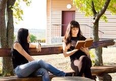 2 женщины распологая на стенд Стоковое Изображение RF