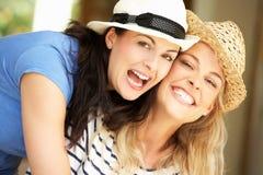 2 женщины сидя вне дома Стоковая Фотография