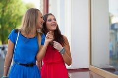 2 женщины смотря окна Стоковая Фотография