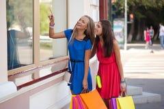 2 женщины смотря окна Стоковые Фото