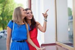 2 женщины смотря окна Стоковое фото RF