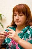 2 женщины спиц knits стоковые изображения