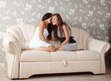 2 женщины сплетен Стоковая Фотография