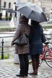 2 женщины стоя в дожде Стоковая Фотография RF