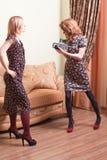 2 женщины с камерой фильма Стоковое Изображение