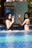 2 женщины с коктеилами в плавательном бассеине Стоковое Изображение RF