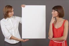 2 женщины с пустой белой доской Стоковые Фото