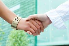 2 женщины трястия руки Стоковое фото RF
