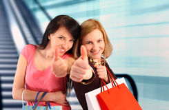 2 женщины ходя по магазинам, большие пальцы руки вверх Стоковая Фотография RF