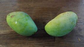 2 зеленых мангоа Стоковые Фото