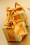 2 золотистых обернутых коробки подарка Стоковая Фотография
