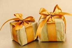 2 золотистых обернутых коробки подарка Стоковое Изображение RF