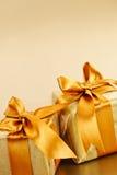 2 золотистых обернутых коробки подарка Стоковое Фото