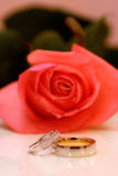 2 золотистых обручального кольца Стоковые Фото