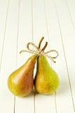 2 зрелых груши с смычком Стоковые Фото