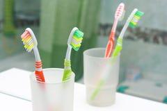 2 зубной щетки в ванной комнате. Стоковое Изображение RF