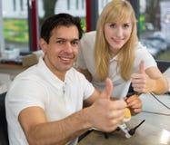 2 зубоврачебных техника показывая большие пальцы руки вверх Стоковое фото RF