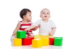 2 играя девушки младенцев Стоковые Изображения