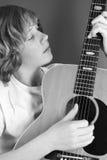 2 игры гитары мальчика Стоковые Фотографии RF