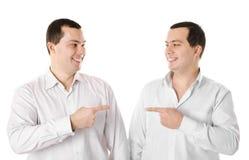 2 изолированного близнеца молодых человеков привлекательных позитва ся Стоковое Изображение RF
