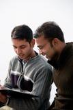 2 индийских молодых счастливых люд Стоковые Фотографии RF