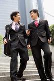 2 китайских бизнесмена имея обсуждение Стоковые Изображения RF
