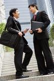 2 китайских бизнесмена имея обсуждение Стоковая Фотография RF