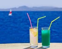 2 коктеила на таблице на пляже Стоковое Фото