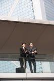 2 коллегаа дела беседуя снаружи Стоковая Фотография