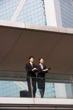 2 коллегаа дела беседуя снаружи Стоковые Фотографии RF
