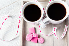 2 кофейной чашки с розовыми конфетами Стоковое Фото