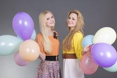 2 красивейших девочка-подростка с цветастыми воздушными шарами Стоковые Фото