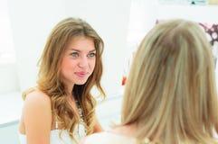 2 красивейших женщины беседуя в кафе Стоковое Изображение