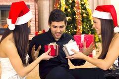2 красивейших твиновских девушки дают ванту подарка Стоковые Фото