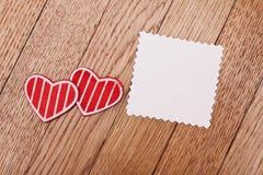 2 красных сердца и пустой бумага Стоковые Фотографии RF