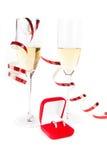 2 кубка шампанского с коробкой ювелира на белизне Стоковая Фотография RF