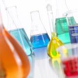 2 лаборатория покрашенная бутылками стеклянная жидкостная Стоковая Фотография RF