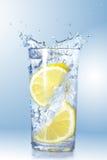 2 лимона упали в стекло Стоковое Фото