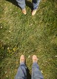 2 люд, котор стоят на траве Стоковая Фотография RF