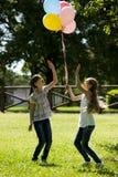 2 маленькой девочки играя outdoors Стоковая Фотография