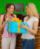 2 маленькой девочки с подарком Стоковые Изображения RF