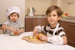 2 мальчика в кухне Стоковое Изображение RF