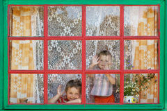 2 мальчика сидят окном Стоковое фото RF
