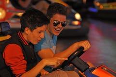 2 мальчика управляя автоматическим автомобилем самоката Стоковое Фото