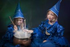2 меньших ведьмы halloween Стоковое Изображение