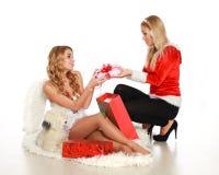 2 милых девушки дают подарки одина другого Стоковое фото RF
