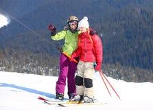 2 молодой женщины на ski-lift стоковые фото